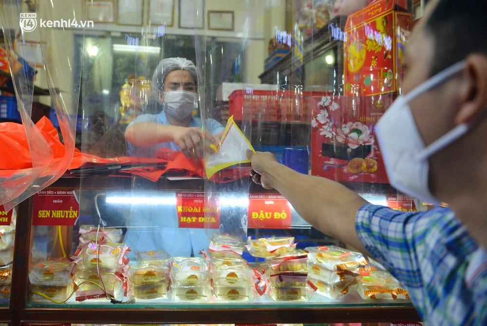 Ảnh: Hà Nội nới lỏng giãn cách, người dân xếp hàng đi mua bánh trung thu - Ảnh 9.