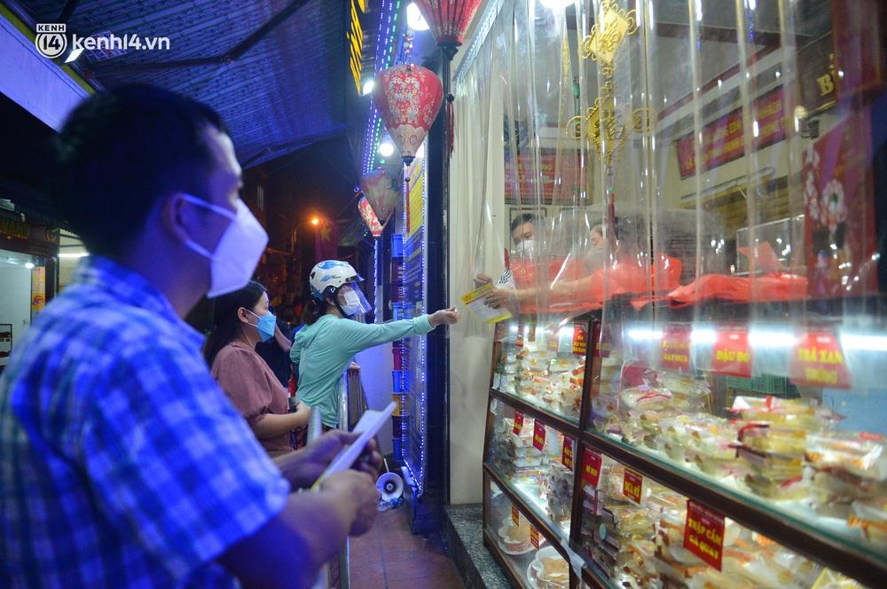 Ảnh: Hà Nội nới lỏng giãn cách, người dân xếp hàng đi mua bánh trung thu - Ảnh 8.