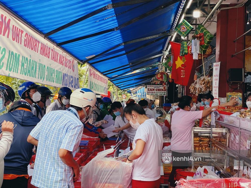 Xếp hàng mua bánh Trung thu Như Lan hot nhất Sài Gòn: Khách sộp mua 11 triệu tiền bánh, shipper đợi đến phát quạu - Ảnh 5.