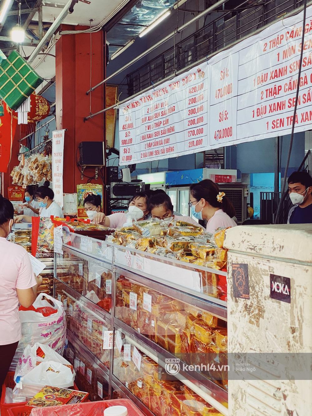 Xếp hàng mua bánh Trung thu Như Lan hot nhất Sài Gòn: Khách sộp mua 11 triệu tiền bánh, shipper đợi đến phát quạu - Ảnh 6.