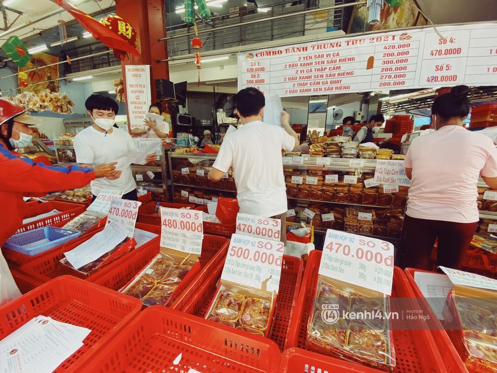 Xếp hàng mua bánh Trung thu Như Lan hot nhất Sài Gòn: Khách sộp mua 11 triệu tiền bánh, shipper đợi đến phát quạu - Ảnh 7.
