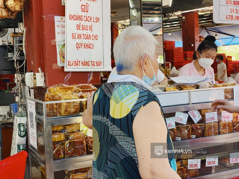 Xếp hàng mua bánh Trung thu Như Lan hot nhất Sài Gòn: Khách sộp mua 11 triệu tiền bánh, shipper đợi đến phát quạu - Ảnh 2.