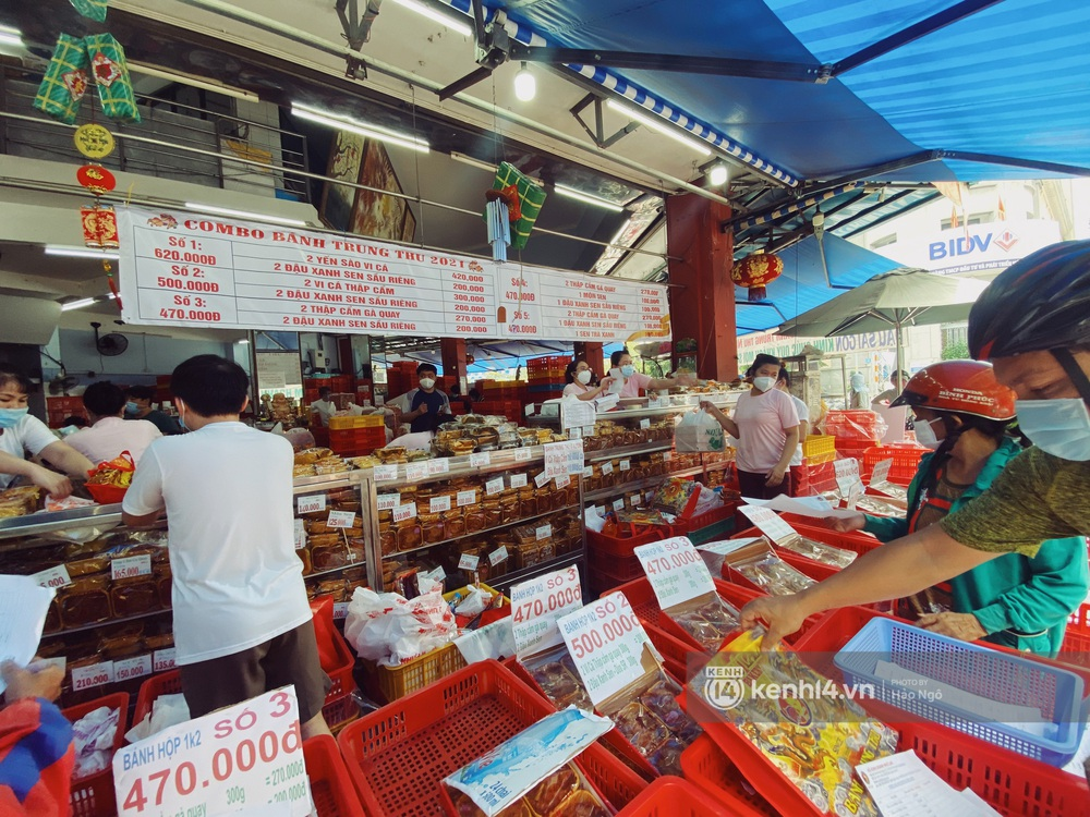 Xếp hàng mua bánh Trung thu Như Lan hot nhất Sài Gòn: Khách sộp mua 11 triệu tiền bánh, shipper đợi đến phát quạu - Ảnh 10.
