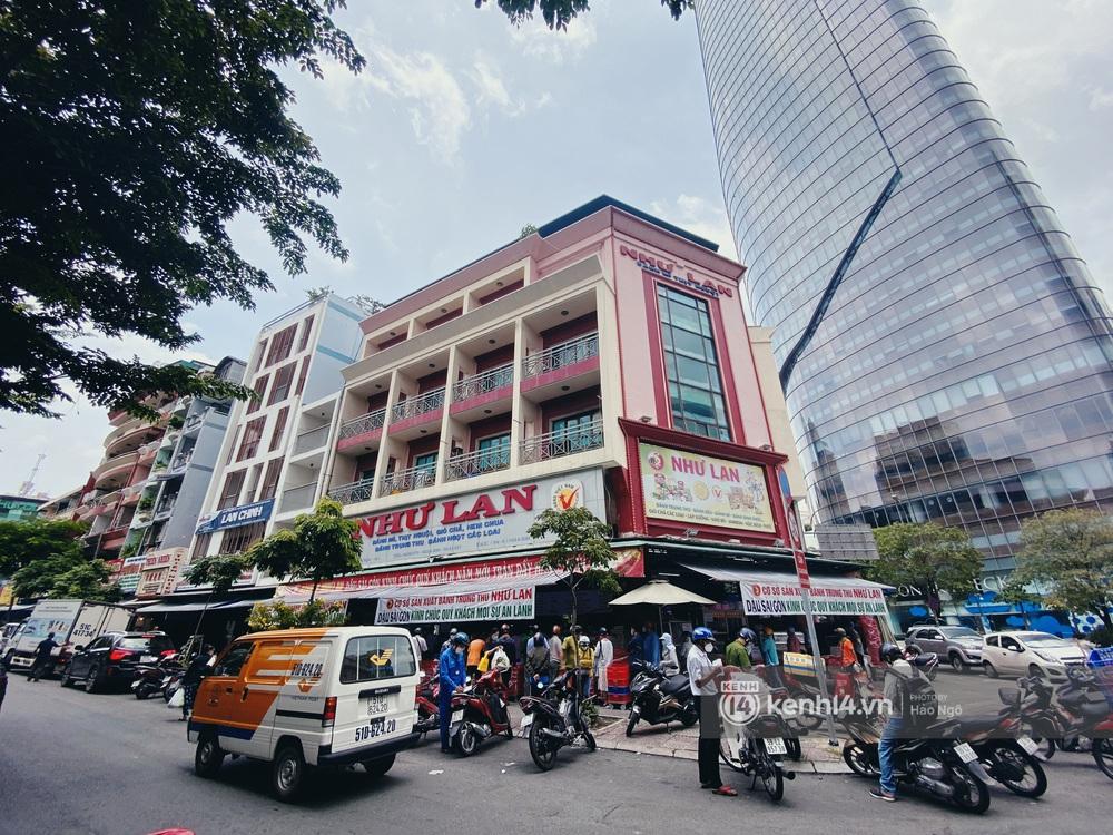 Xếp hàng mua bánh Trung thu Như Lan hot nhất Sài Gòn: Khách sộp mua 11 triệu tiền bánh, shipper đợi đến phát quạu - Ảnh 1.