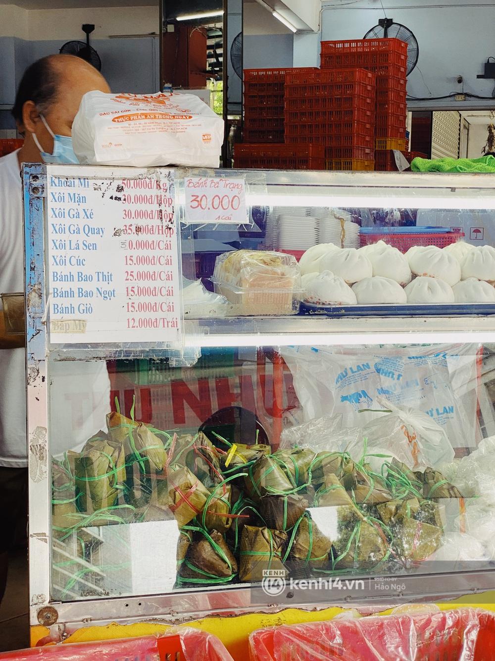 Xếp hàng mua bánh Trung thu Như Lan hot nhất Sài Gòn: Khách sộp mua 11 triệu tiền bánh, shipper đợi đến phát quạu - Ảnh 24.