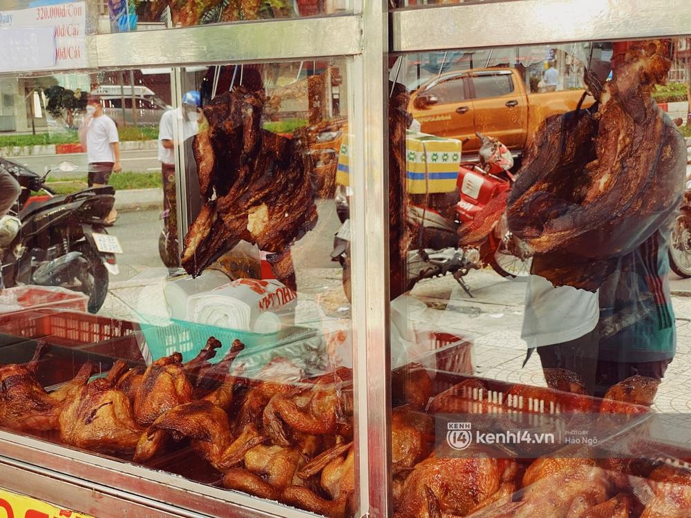 Xếp hàng mua bánh Trung thu Như Lan hot nhất Sài Gòn: Khách sộp mua 11 triệu tiền bánh, shipper đợi đến phát quạu - Ảnh 25.