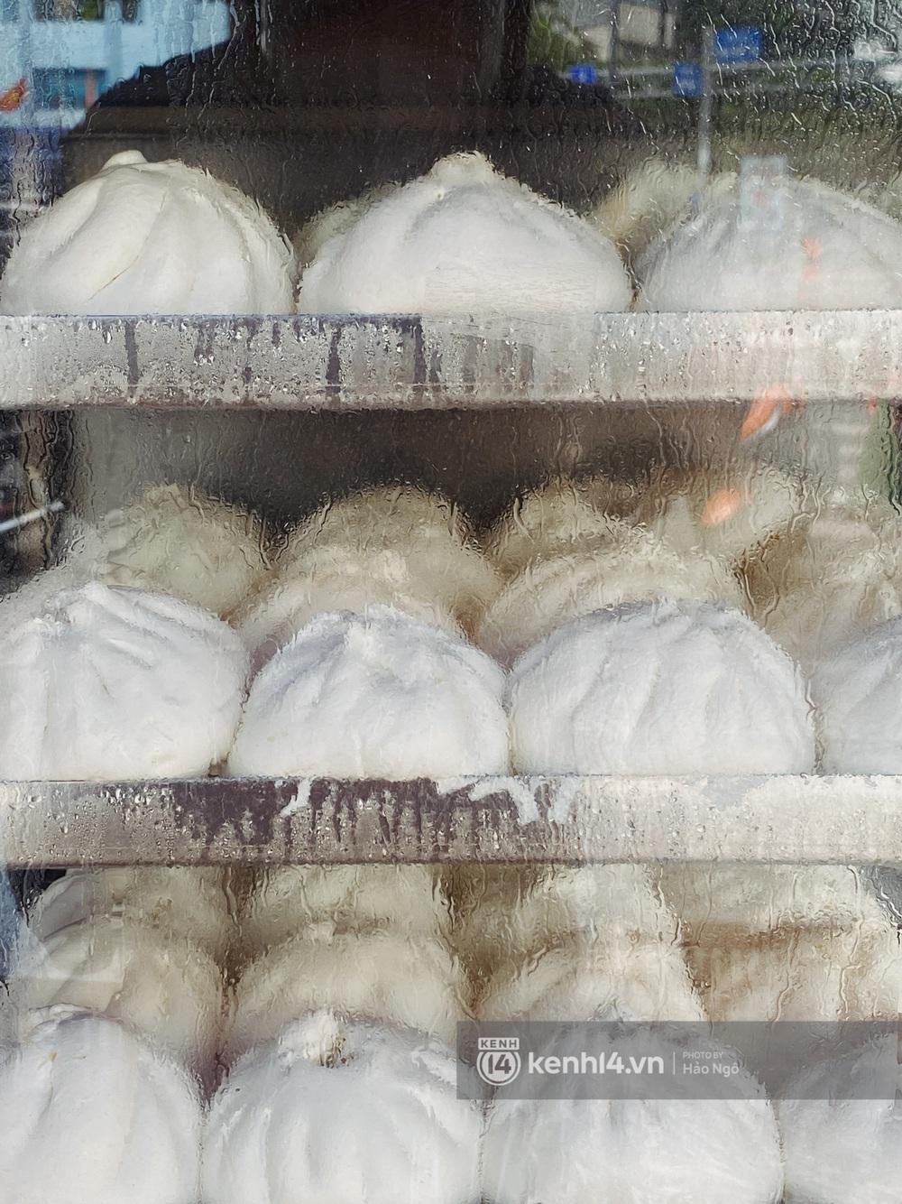 Xếp hàng mua bánh Trung thu Như Lan hot nhất Sài Gòn: Khách sộp mua 11 triệu tiền bánh, shipper đợi đến phát quạu - Ảnh 23.