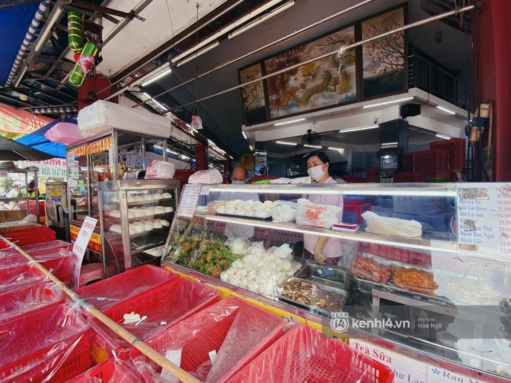 Xếp hàng mua bánh Trung thu Như Lan hot nhất Sài Gòn: Khách sộp mua 11 triệu tiền bánh, shipper đợi đến phát quạu - Ảnh 18.