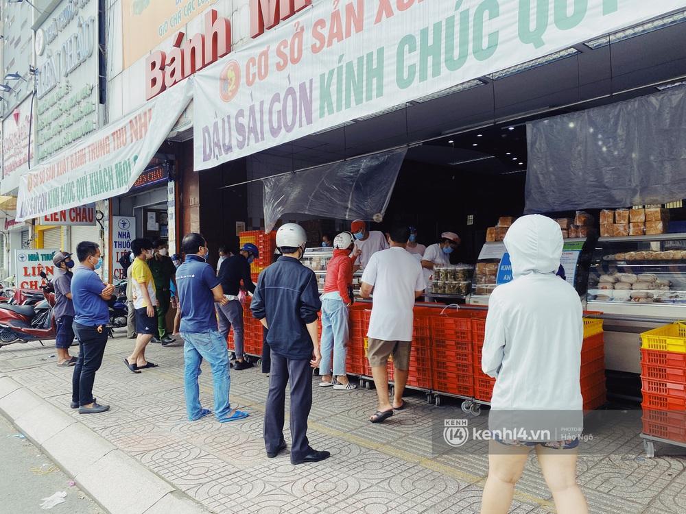 Xếp hàng mua bánh Trung thu Như Lan hot nhất Sài Gòn: Khách sộp mua 11 triệu tiền bánh, shipper đợi đến phát quạu - Ảnh 14.