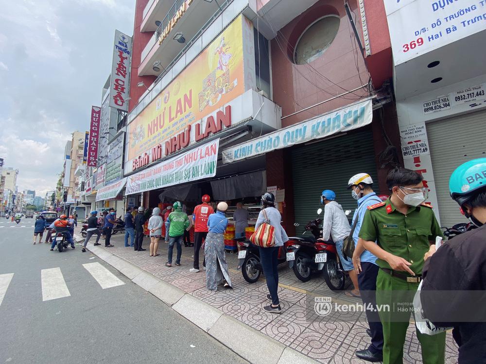 Xếp hàng mua bánh Trung thu Như Lan hot nhất Sài Gòn: Khách sộp mua 11 triệu tiền bánh, shipper đợi đến phát quạu - Ảnh 11.
