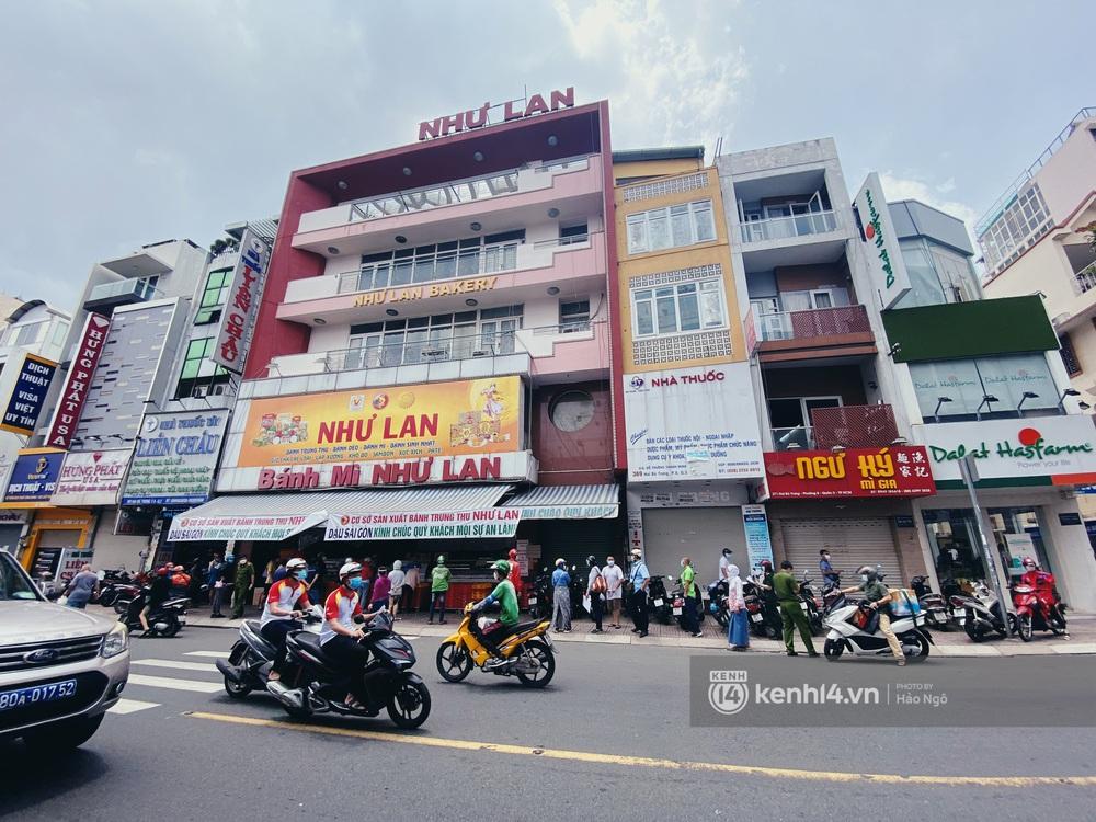 Xếp hàng mua bánh Trung thu Như Lan hot nhất Sài Gòn: Khách sộp mua 11 triệu tiền bánh, shipper đợi đến phát quạu - Ảnh 16.