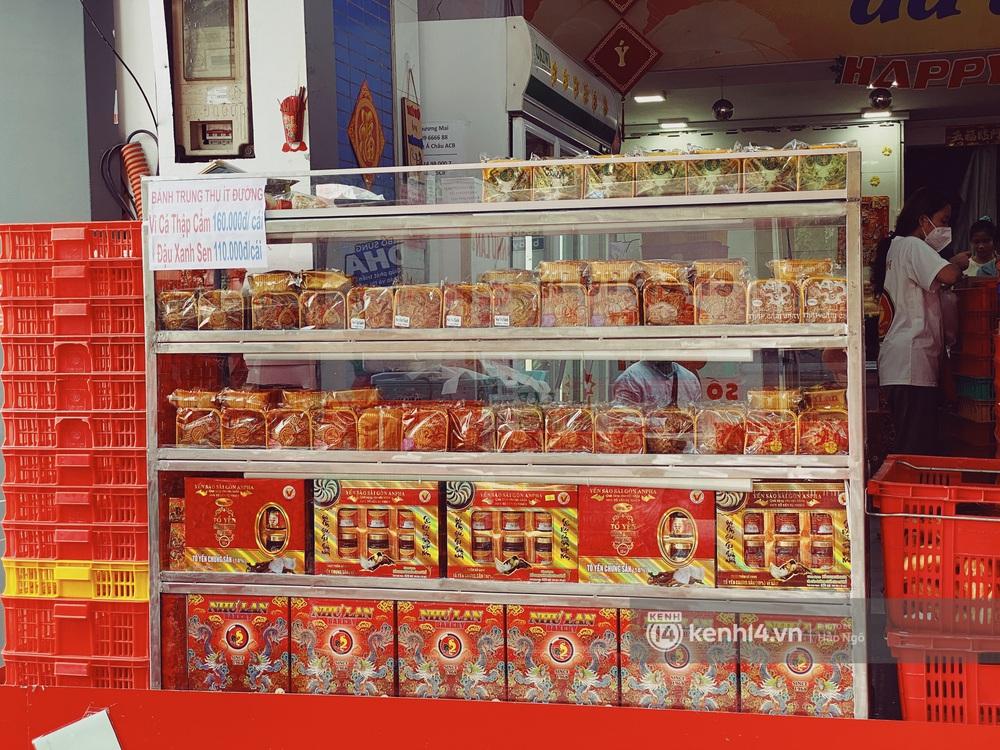 Xếp hàng mua bánh Trung thu Như Lan hot nhất Sài Gòn: Khách sộp mua 11 triệu tiền bánh, shipper đợi đến phát quạu - Ảnh 20.