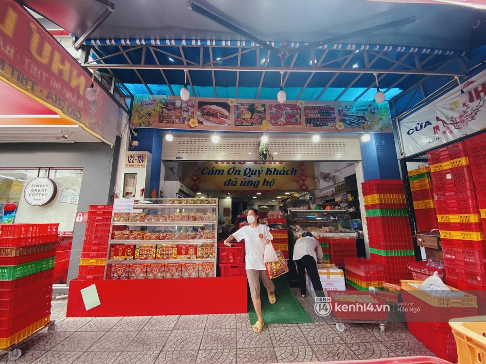 Xếp hàng mua bánh Trung thu Như Lan hot nhất Sài Gòn: Khách sộp mua 11 triệu tiền bánh, shipper đợi đến phát quạu - Ảnh 21.