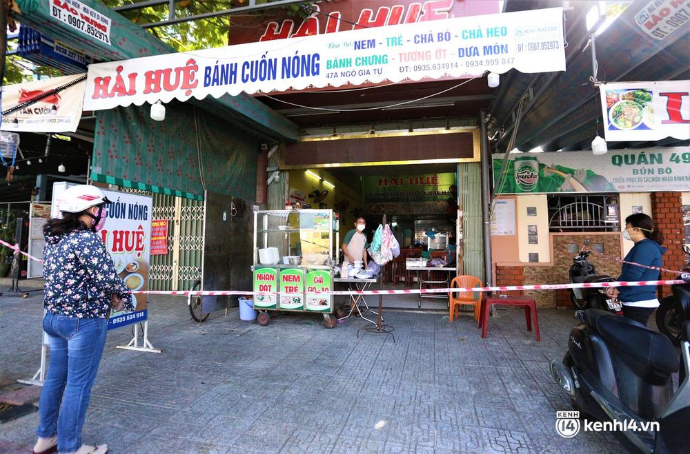 Ảnh: Chủ quán ăn ở Đà Nẵng rơm rớm nước mắt vì mừng, người dân vùng xanh phấn khởi chia tay những bữa sáng... mì tôm - Ảnh 2.