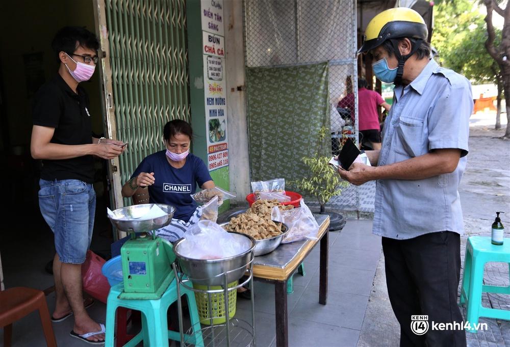 Ảnh: Chủ quán ăn ở Đà Nẵng rơm rớm nước mắt vì mừng, người dân vùng xanh phấn khởi chia tay những bữa sáng... mì tôm - Ảnh 11.