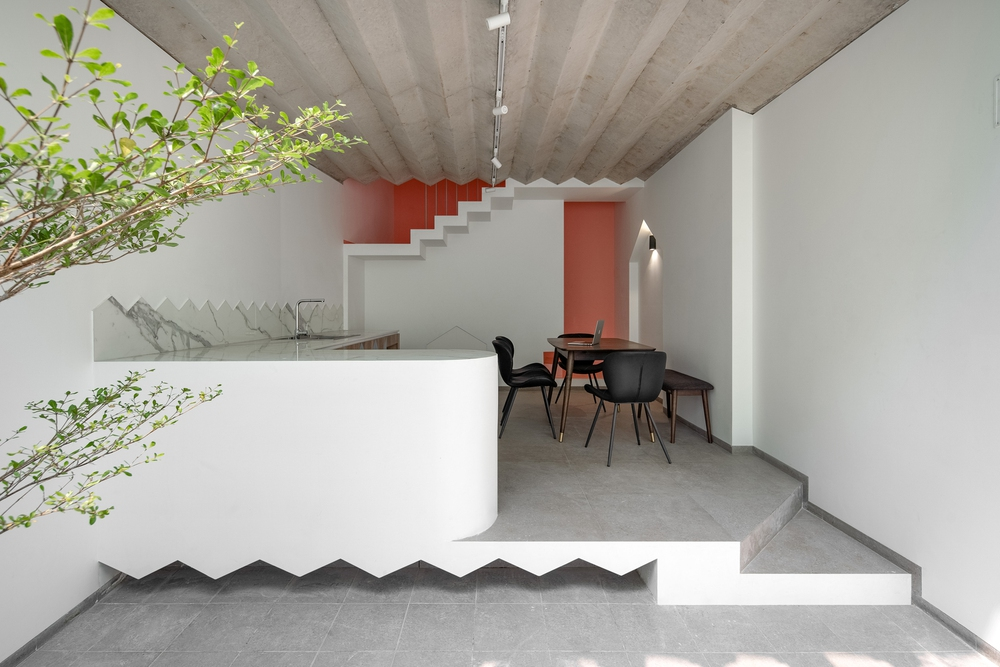 Ngôi nhà trong hẻm nổi bật với gam xanh mint siêu cưng, hay nhất là thiết kế zigzag độc lạ đỉnh của chóp - Ảnh 7.