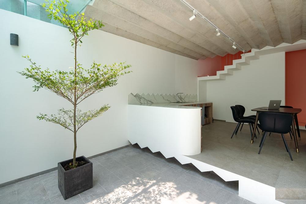 Ngôi nhà trong hẻm nổi bật với gam xanh mint siêu cưng, hay nhất là thiết kế zigzag độc lạ đỉnh của chóp - Ảnh 3.