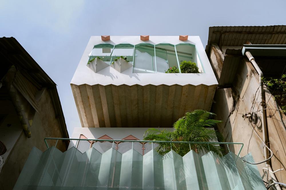 Ngôi nhà trong hẻm nổi bật với gam xanh mint siêu cưng, hay nhất là thiết kế zigzag độc lạ đỉnh của chóp - Ảnh 1.