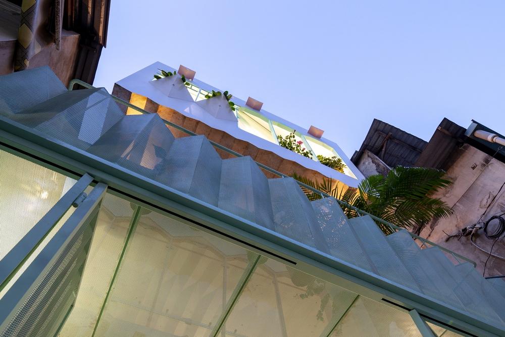 Ngôi nhà trong hẻm nổi bật với gam xanh mint siêu cưng, hay nhất là thiết kế zigzag độc lạ đỉnh của chóp - Ảnh 16.