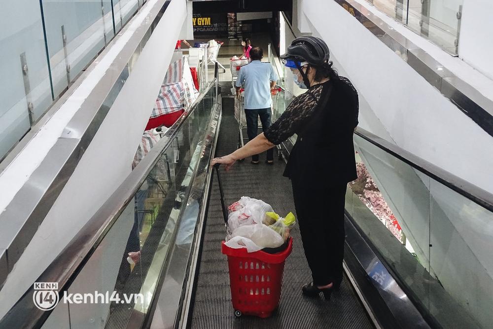 Ảnh: Người dân quận 7 vui mừng trong ngày đầu được đi siêu thị trở lại - Ảnh 12.