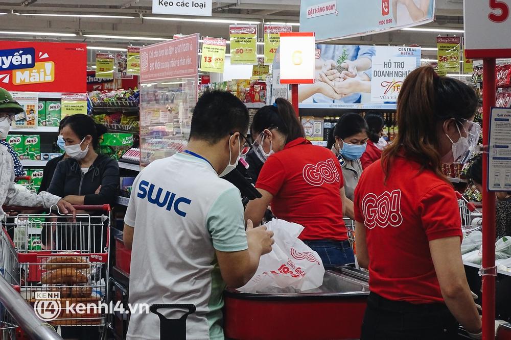 Ảnh: Người dân quận 7 vui mừng trong ngày đầu được đi siêu thị trở lại - Ảnh 13.