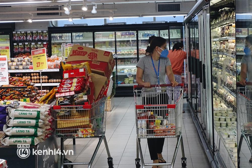 Ảnh: Người dân quận 7 vui mừng trong ngày đầu được đi siêu thị trở lại - Ảnh 8.