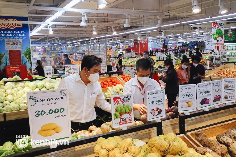 Ảnh: Người dân quận 7 vui mừng trong ngày đầu được đi siêu thị trở lại - Ảnh 3.
