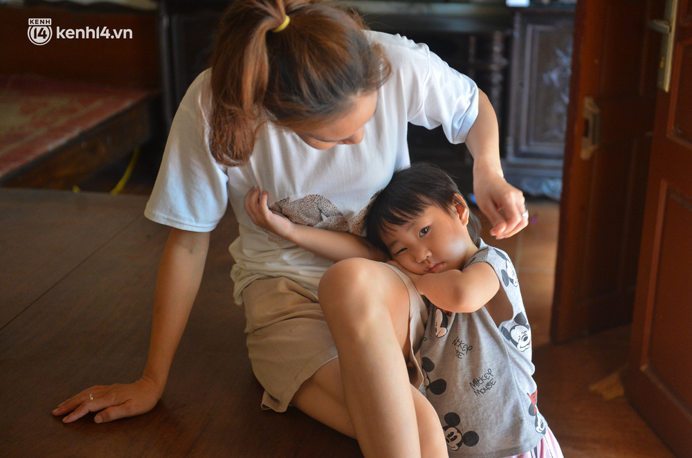 Quay cuồng cảnh học online trong gia đình 8 người con ở Hà Nội: Đứa mượn điện thoại, đứa đi học nhờ, đứa tranh thủ học ké khi anh chị được ra chơi - Ảnh 7.