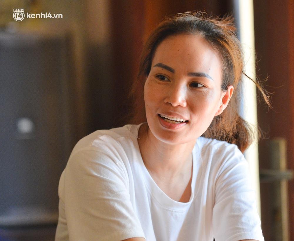 Quay cuồng cảnh học online trong gia đình 8 người con ở Hà Nội: Đứa mượn điện thoại, đứa đi học nhờ, đứa tranh thủ học ké khi anh chị được ra chơi - Ảnh 8.