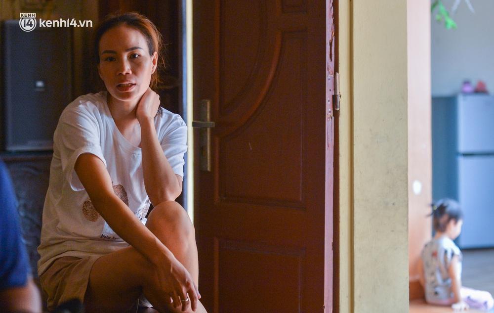Quay cuồng cảnh học online trong gia đình 8 người con ở Hà Nội: Đứa mượn điện thoại, đứa đi học nhờ, đứa tranh thủ học ké khi anh chị được ra chơi - Ảnh 6.