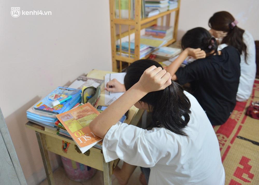 Quay cuồng cảnh học online trong gia đình 8 người con ở Hà Nội: Đứa mượn điện thoại, đứa đi học nhờ, đứa tranh thủ học ké khi anh chị được ra chơi - Ảnh 2.