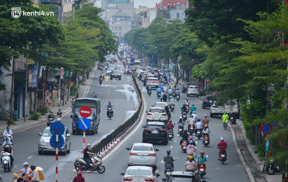 Ảnh: Đường phố Hà Nội đông nghịt sau khi dỡ bỏ toàn bộ chốt phân vùng, nới lỏng giãn cách xã hội - Ảnh 8.