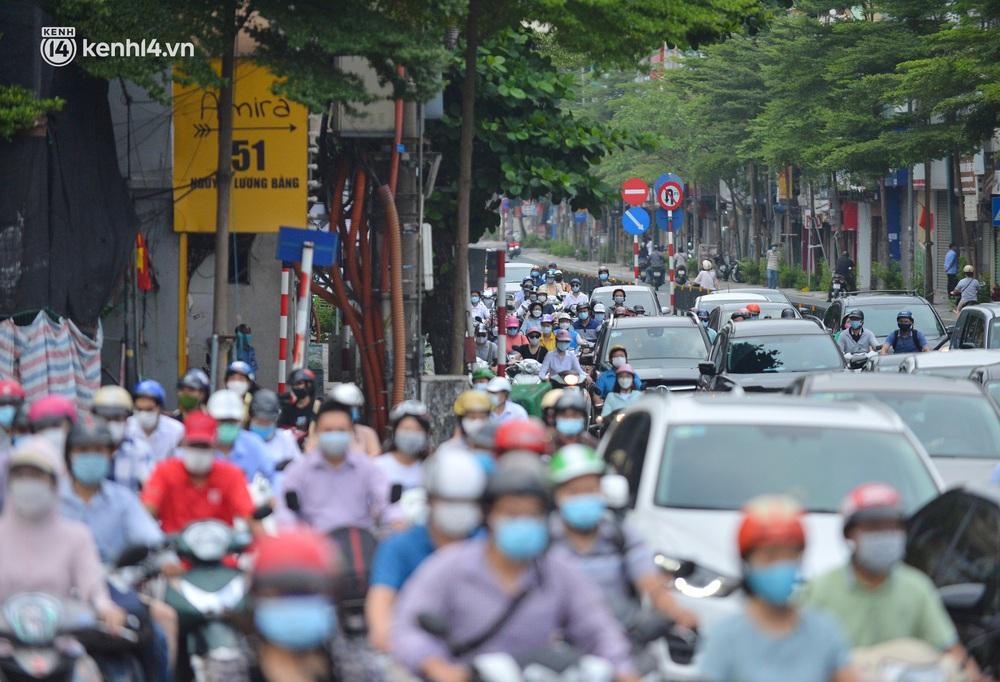Ảnh: Đường phố Hà Nội đông nghịt sau khi dỡ bỏ toàn bộ chốt phân vùng, nới lỏng giãn cách xã hội - Ảnh 9.