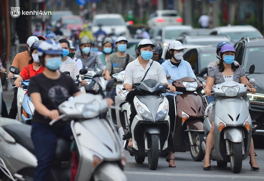 Ảnh: Đường phố Hà Nội đông nghịt sau khi dỡ bỏ toàn bộ chốt phân vùng, nới lỏng giãn cách xã hội - Ảnh 10.
