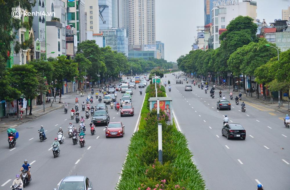 Ảnh: Đường phố Hà Nội đông nghịt sau khi dỡ bỏ toàn bộ chốt phân vùng, nới lỏng giãn cách xã hội - Ảnh 12.