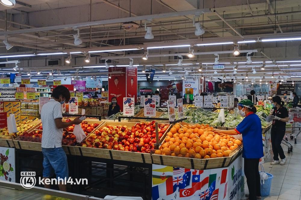 Ảnh: Người dân quận 7 vui mừng trong ngày đầu được đi siêu thị trở lại - Ảnh 10.