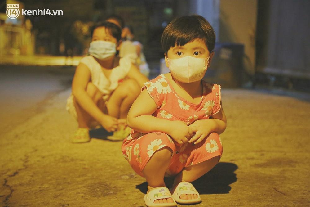 Trung thu buồn của trẻ em xóm trọ nghèo giữa đại dịch Covid-19: Bà ơi, ba mẹ con đâu rồi... - Ảnh 11.
