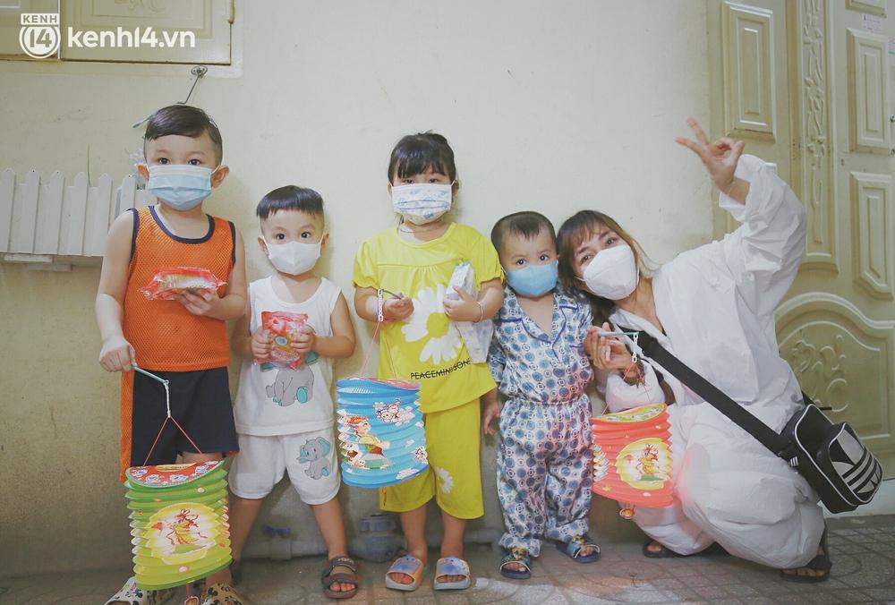 Trung thu buồn của trẻ em xóm trọ nghèo giữa đại dịch Covid-19: Bà ơi, ba mẹ con đâu rồi... - Ảnh 3.