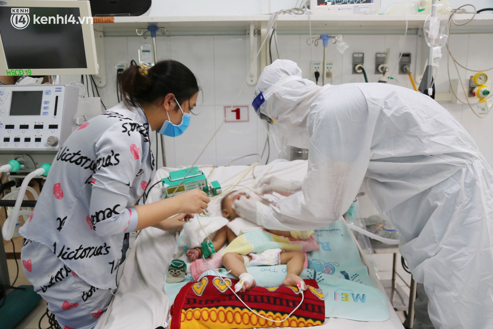 Cân não giành sự sống cho hàng trăm em bé F0 nguy kịch ở bệnh viện tuyến cuối điều trị Covid-19 - Ảnh 3.