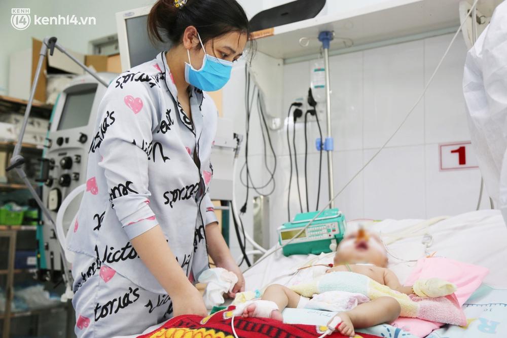 Cân não giành sự sống cho hàng trăm em bé F0 nguy kịch ở bệnh viện tuyến cuối điều trị Covid-19 - Ảnh 1.