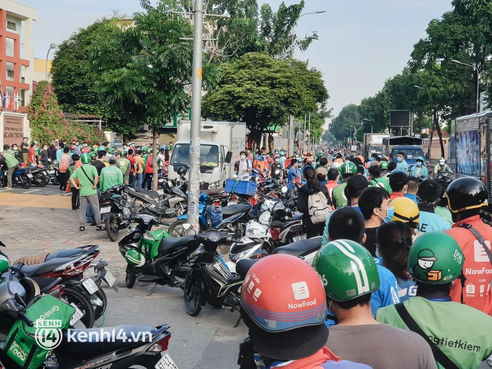Choáng với cảnh hàng trăm shipper Sài Gòn rồng rắn xếp hàng từ sáng đầu tuần để chờ xét nghiệm, nhân viên y tế phải xuống đường điều phối - Ảnh 3.