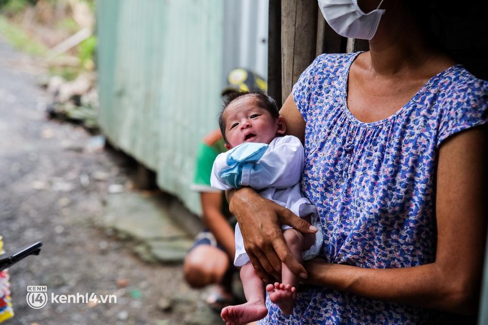 Chồng mất khi đang mang thai, vợ ôm 3 đứa con khát sữa trong túp lều dột nát ở Sài Gòn: Tụi nhỏ cứ hỏi cha con đi đâu rồi - Ảnh 7.