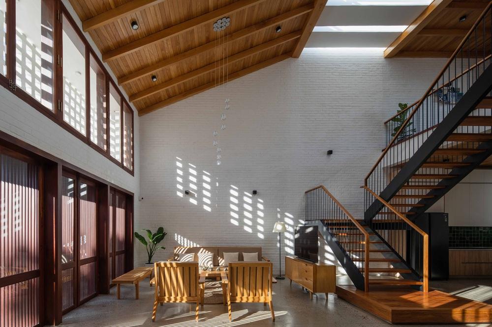 Nhà 320m2 ở Tây Nguyên với vibe thư thái an yên quá đỗi, mê nhất là khu giếng trời đẹp như resort - Ảnh 4.