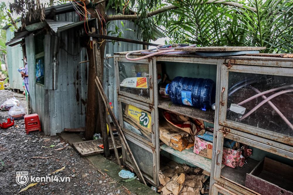 Chồng mất khi đang mang thai, vợ ôm 3 đứa con khát sữa trong túp lều dột nát ở Sài Gòn: Tụi nhỏ cứ hỏi cha con đi đâu rồi - Ảnh 2.