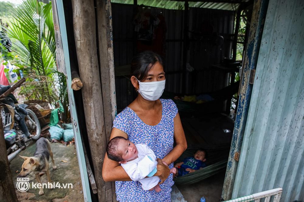 Chồng mất khi đang mang thai, vợ ôm 3 đứa con khát sữa trong túp lều dột nát ở Sài Gòn: Tụi nhỏ cứ hỏi cha con đi đâu rồi - Ảnh 3.