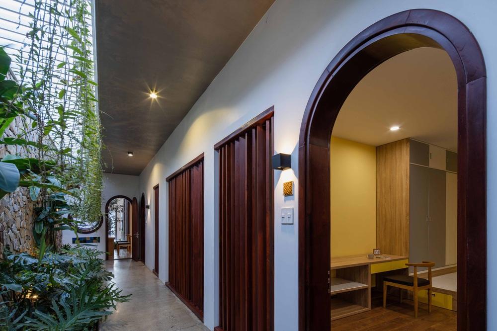 Nhà 320m2 ở Tây Nguyên với vibe thư thái an yên quá đỗi, mê nhất là khu giếng trời đẹp như resort - Ảnh 13.