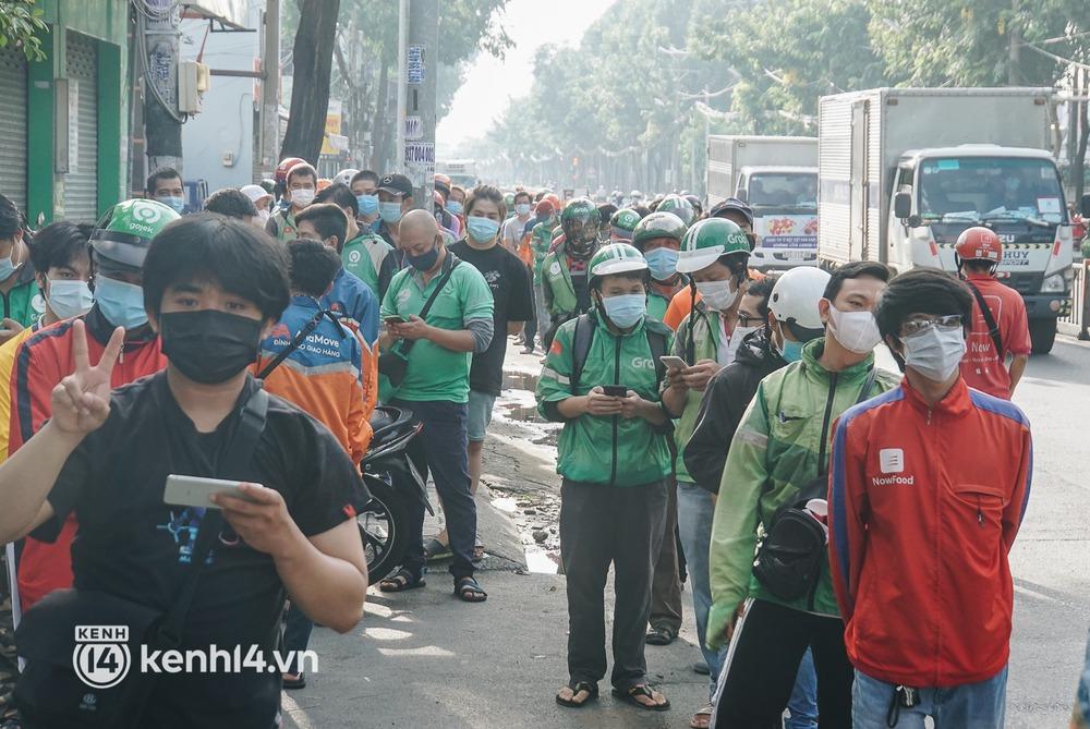Choáng với cảnh hàng trăm shipper Sài Gòn rồng rắn xếp hàng từ sáng đầu tuần để chờ xét nghiệm, nhân viên y tế phải xuống đường điều phối - Ảnh 8.