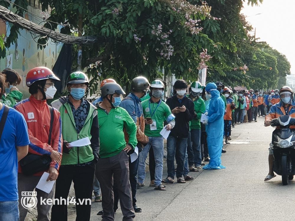 Choáng với cảnh hàng trăm shipper Sài Gòn rồng rắn xếp hàng từ sáng đầu tuần để chờ xét nghiệm, nhân viên y tế phải xuống đường điều phối - Ảnh 12.