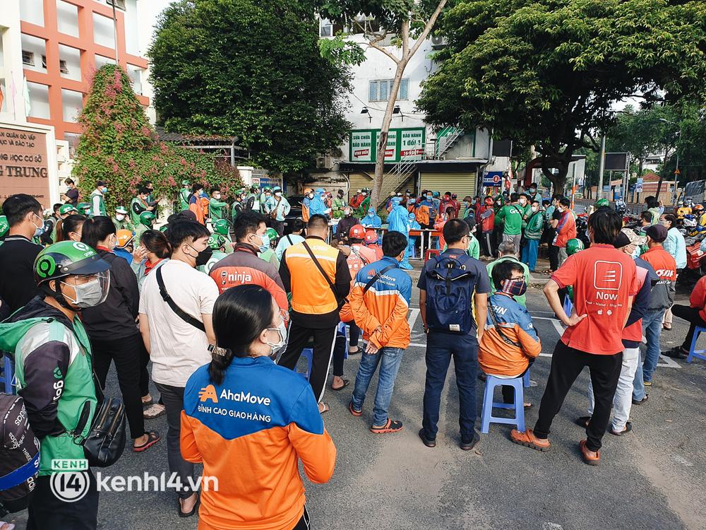 Choáng với cảnh hàng trăm shipper Sài Gòn rồng rắn xếp hàng từ sáng đầu tuần để chờ xét nghiệm, nhân viên y tế phải xuống đường điều phối - Ảnh 6.