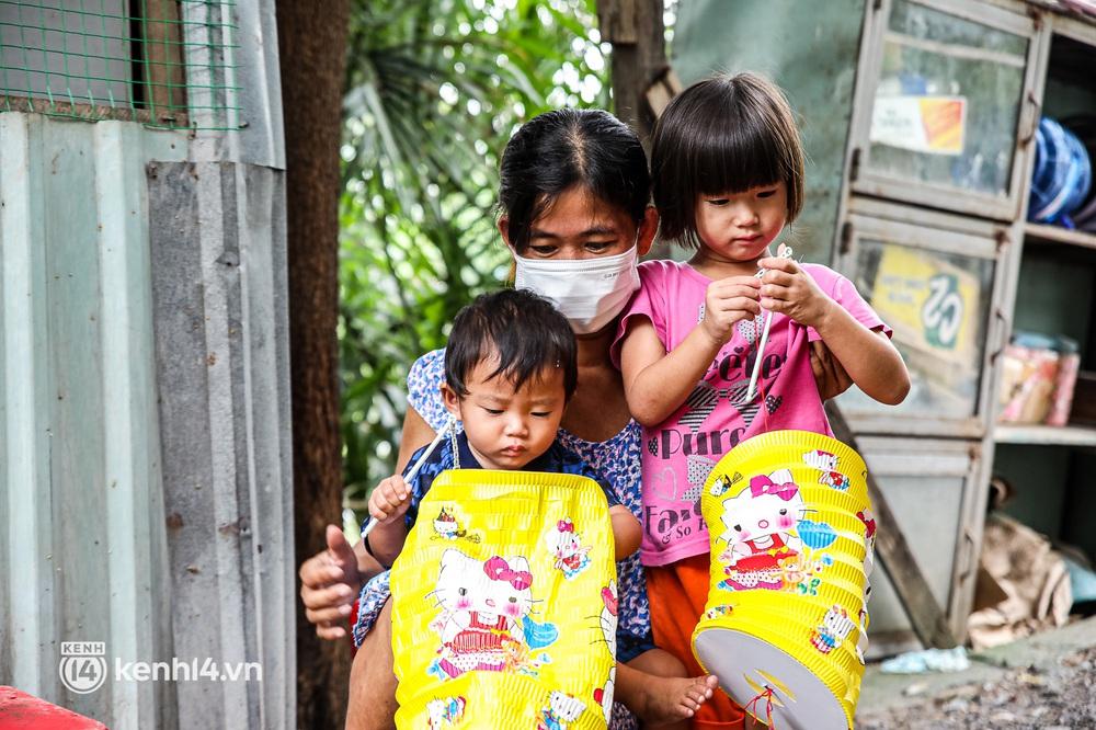 Chồng mất khi đang mang thai, vợ ôm 3 đứa con khát sữa trong túp lều dột nát ở Sài Gòn: Tụi nhỏ cứ hỏi cha con đi đâu rồi - Ảnh 10.